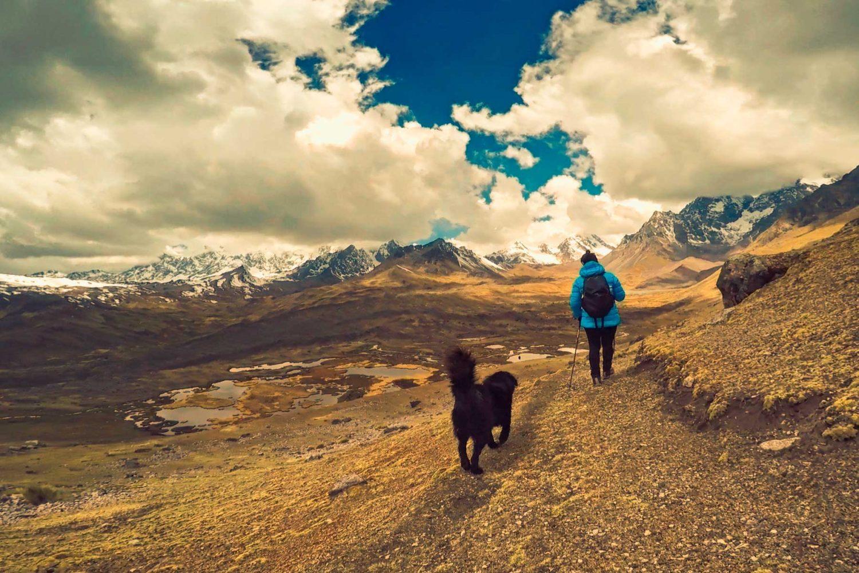 Caminando junto al perro en Ausangate