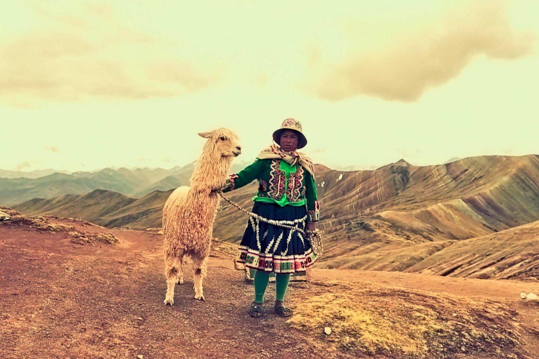 Mujer andina y llama en Palcoyo