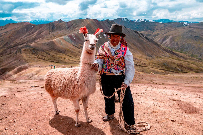 Comunero local y su Llama en Palcoyo
