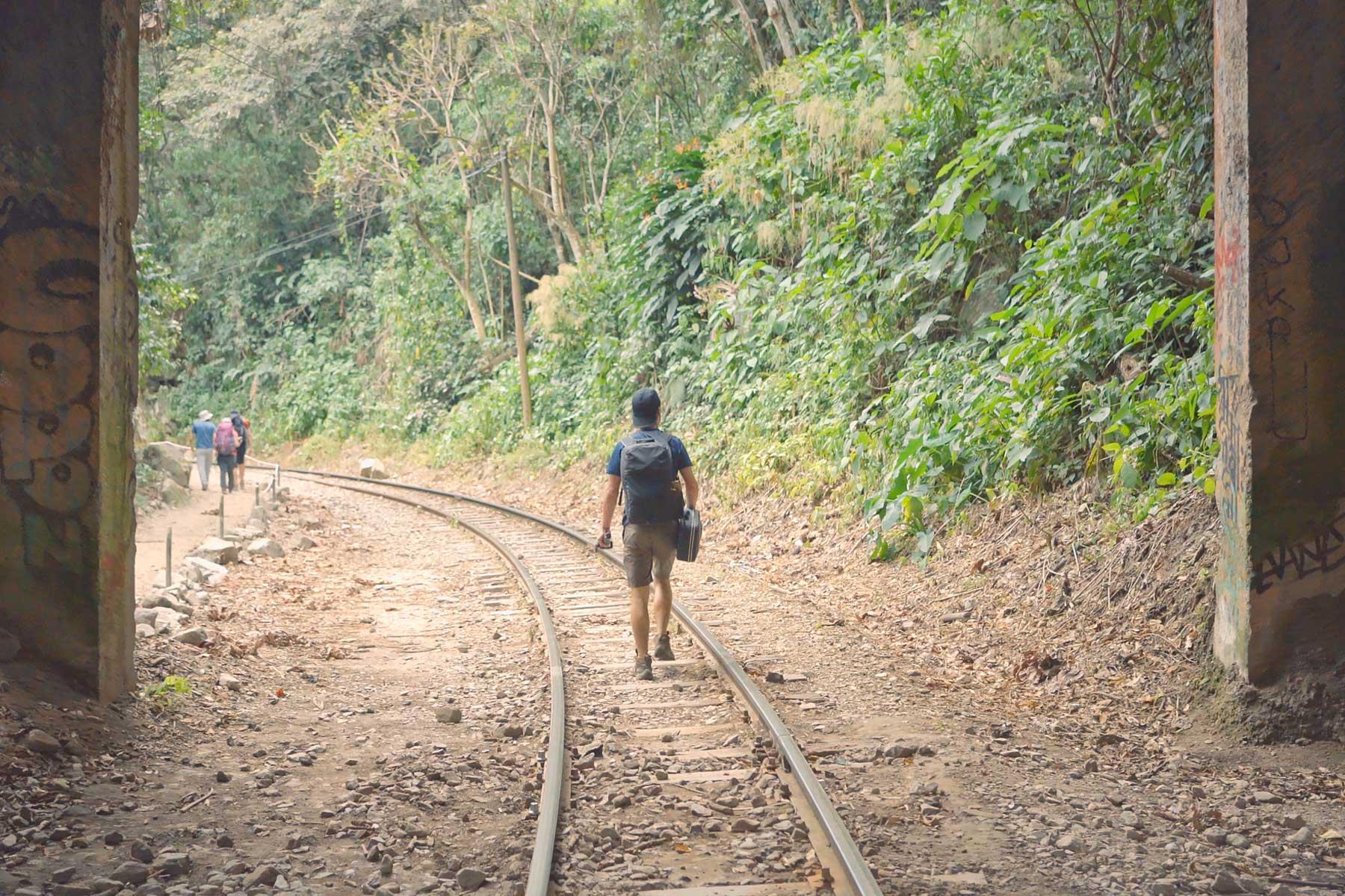 Caminando por la ruta del tren a Machu Picchu