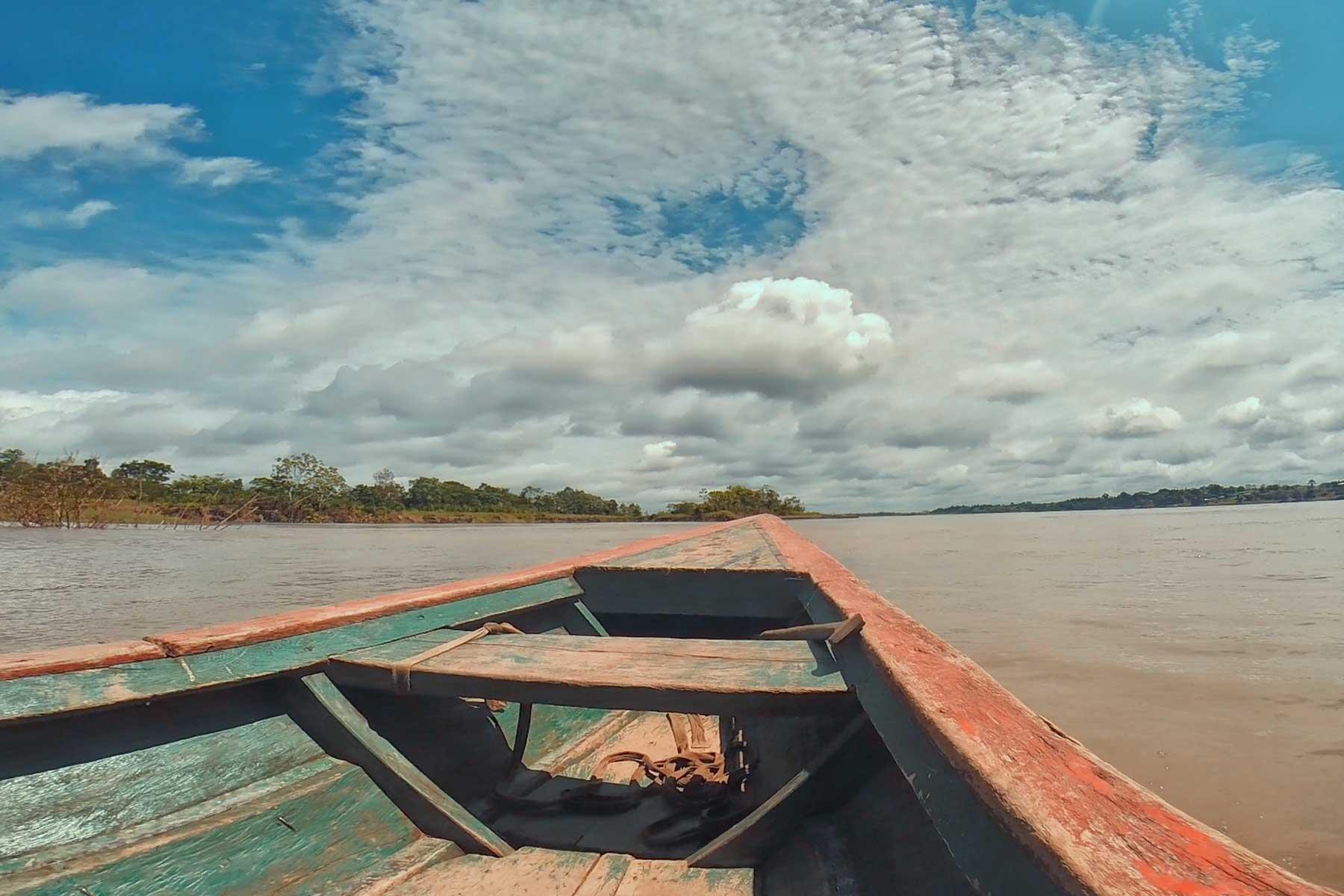 navegando en el río amazonas Perú