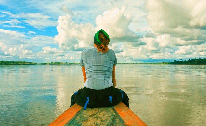 Vista del río amazonas en el bote